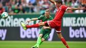 Thomas Mueller (phải) cảm thấy không vui vì bị loại ra khỏi đội hình xuất phát của Bayern Munich.