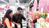 Khách hàng chọn mua mỹ phẩm trong chương trình khuyến mãi nhân ngày Phụ nữ Việt Nam 20-10