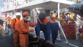 Đưa 10 thuyền viên tàu cá Bình Thuận gặp nạn trên biển vào cảng Vũng Tàu an toàn
