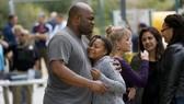 Học sinh lớp 5 Myla Grissom mừng rỡ gặp cha Calvin Grissom sau vụ phụ huynh bắt giáo viên làm con tin tại Trường Tiểu học Castle View ở Riverside, California, Mỹ, ngày 31-10-2017. Ảnh: LOS ANGELES TIMES
