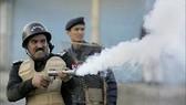Cảnh sát chống bạo động bắn hơi cay giải tán một cuộc biểu tình ở Islamabad. Ảnh: DISPATCH NEWS DESK