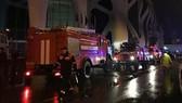 Lực lượng cứu hỏa có mặt tại hiện trường vụ cháy. Ảnh: 1TV