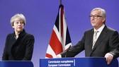 Thủ tướng Anh Theresa May dự buổi họp báo về kết quả đàm phán Brexit  với Chủ tịch Ủy ban châu Âu Jean - Claude Juncker