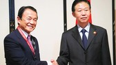 Bộ trưởng Tài chính Nhật Bản Taro Aso (trái) và người đồng cấp Trung Quốc Tiêu Tiệp bên lề cuộc họp của Ngân hàng Phát triển châu Á (ADB) tại Yokohama, Nhật Bản, tháng 5-2017