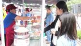 Người bán hàng rong được phép kinh doanh trên vỉa hè  đường Nguyễn Văn Chiêm (quận 1) theo giờ       Ảnh: KIỀU PHONG
