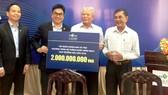 Đại diện Tập đoàn Novaland trao bảng tài trợ  2 tỷ đồng cho Hội Bảo trợ bệnh nhân nghèo TPHCM