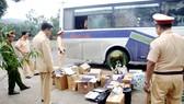 Cơ quan chức năng Quảng Trị giữ xe khách chở hàng lậu từ biên giới vào nội địa