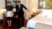 Anh Hà Văn Hùng hướng dẫn nhân viên cách dọn phòng