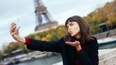Một du khách đang selfie ở Pháp
