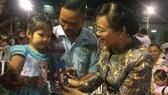 Chủ tịch HĐND TP Nguyễn Thị Quyết Tâm chúc Tết gia đình công nhân. Ảnh: THÁI PHƯƠNG