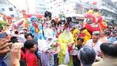 Gần 1000 diễn viên diễu hành ngang chùa Ôn Lăng                                                                  Ảnh: DŨNG PHƯƠNG