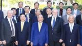 Thủ tướng Nguyễn Xuân Phúc chụp ảnh lưu niệm cùng các đại biểu  Trường Đại học Quốc gia Australia          Ảnh: TTXVN