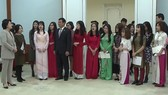 Phu nhân Tổng thống Hàn Quốc nói chuyện với sinh viên Việt Nam. Ảnh: VTV