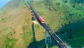 Tuyến tàu hỏa leo núi Mường Hoa nhìn từ trên cao