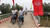 Người dân phấn khởi qua cầu Trung tâm Nam Hang