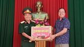 Ông Nguyễn Ngọc Cường, Phó Chủ tịch UBND Quận 9 tặng quà cho đồng chí Nguyễn Trường Lâm, Chính trị viên Tiểu đoàn 2