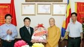 Phó Chủ tịch, Tổng Thư ký Uỷ ban Trung ương Mặt trận Tổ quốc Việt Nam Hầu A Lềnh chúc mừng Giáo hội Phật giáo Thành phố Hà Nội. Ảnh: TTXVN