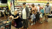 Người dân mua sắm tại một siêu thị ở New York, Mỹ. Nguồn: TTXVN