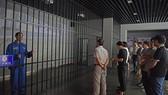 Các quan chức chính phủ và đảng viên Đảng cộng sản Trung Quốc trong một chuyến tham quan nhà tù dành cho tội phạm tham nhũng tại tỉnh An Huy