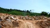 Lượng đá lăn, đá tảng lớn được khai thác bên thân hồ Trà Cân