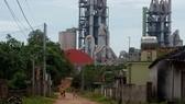 Nhiều nhà dân ở gần Nhà máy xi măng Sông Lam đang sống trong ô nhiễm tiếng ồn và khói bụi
