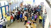 Xếp hàng chờ trả tiền mua sách giáo khoa tại nhà sách       Ảnh: CAO THĂNG