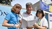 Chú Lê Văn Quang hướng dẫn cách viết hồ sơ cho 2 đảng viên Lương Thị Hải và Hồ Thị Thanh Huyền