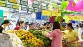 Người tiêu dùng chọn mua trái cây các loại tại một siêu thị ở TPHCM
