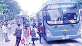 Hành khách đi xe buýt tuyến 53 Bến Thành - Suối Tiên                                                                                      Ảnh: THÀNH TRÍ