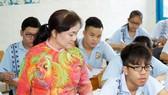 Giáo viên Trường THCS Lạc Hồng (quận 10 TPHCM)  trong một giờ lên lớp    Ảnh: HOÀNG HÙNG