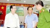 Chủ tịch UBND quận 1 Trần Thế Thuận và đại diện Công an quận 1 tri ân những đóng góp của ông Trần Văn Thanh (giữa) cho cuộc sống bình yên của người dân phường Phạm Ngũ Lão