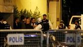 Cảnh sát Thổ Nhĩ Kỳ khám xét Tổng lãnh sự quán Saudi Arabia ở Istanbul hôm 15-10 do liên quan đến  vụ việc nhà báo Jamal Khashoggi bị giết hại. Ảnh: AP