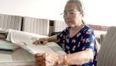 Ngoài những câu chuyện về Bác Hồ từ sách vở, bà Hoàng Thị Khánh đọc Báo SGGP để được biết thêm những điển hình học tập Bác