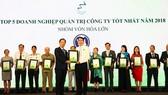 Ông Trần Chí Sơn – đại diện Vinamilk nhận chứng nhận trong lễ trao giải Cuộc bình chọn Doanh nghiệp niêm yết năm 2018
