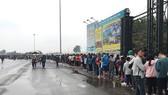Nhiều người hâm mộ đã có mặt từ đêm hôm trước để có thể mua vé sớm