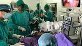 Bệnh viện Sản Nhi Quảng Ninh ứng dụng cánh tay robot vào điều trị                                       cho bệnh nhân u xơ tử cung                              Ảnh: MINH KHANG