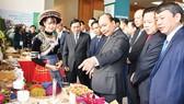 Thủ tướng Nguyễn Xuân Phúc tham quan các gian hàng trưng bày đặc sản của Cao Bằng Ảnh:  Viết Chung