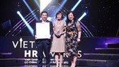 Phó Tổng Giám đốc Nguyễn Hoàng Dũng đại diện VietinBank nhận giải thưởng Vietnam HR Awards 2018
