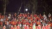 Chiến thắng của đội tuyển Việt Nam luôn có sự đồng hành của người hâm mộ. Ảnh: MINH HOÀNG