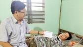 Đại diện Báo SGGP trao tận tay 60 triệu đồng bạn đọc đóng góp giúp anh Nguyễn Vũ