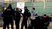 Binh sĩ Mexico gác bên ngoài Lãnh sự quán Mỹ ở Guadalajara, Mexico sau vụ tấn công, ngày 1-12.  Nguồn: TTXVN