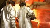 Phế liệu điện tử được nấu chảy  ở trung tâm tái chế của Umicore