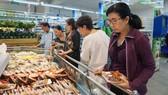 Người tiêu dùng chọn mua các loại nông sản, thực phẩm an toàn tại TPHCM                                                                                                               Ảnh: Thi Hồng