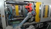 Sử dụng robot sản xuất sản phẩm nhựa gia dụng tại một doanh nghiệp ở TPHCM                                                    Ảnh: CAO THĂNG