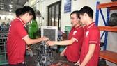 Các sinh viên Trường Cao đẳng Kỹ nghệ 2 trong một tiết thực hành