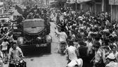 Nhân dân Sài Gòn đổ ra đường hoan hô bộ đội giải phóng                              Ảnh: Tư liệu