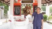 Bà Nguyễn Thị Bé trước Nhà bia kỷ niệm  Biệt động thành Sài Gòn - Gia Định