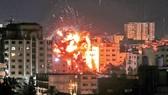 Một tòa nhà bị cháy trong vụ không kích của Israel vào Dải Gaza ngày 4-5