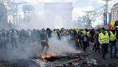 Người biểu tình phe Áo vàng đốt các rào chắn trên đại lộ Champs-Elysees tại thủ đô Paris, Pháp, ngày 16-3-2019. (Ảnh: THX/TTXVN)
