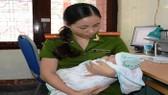 Một em bé được giả cứu khỏi tay đối tượng mua bán trẻ sơ sinh. Ảnh: CÔNG LÝ